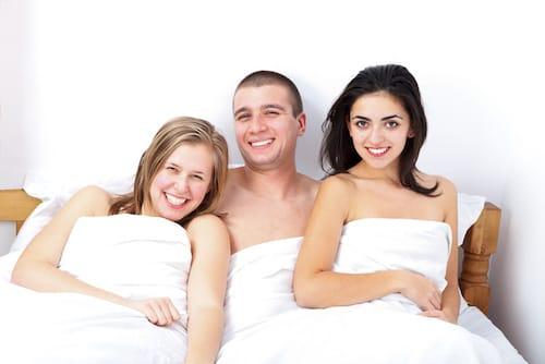 Deux femmes et un homme au lit