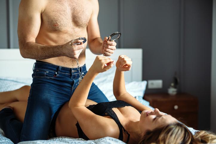 Femme qui se fait dominer par un homme avec des menottes