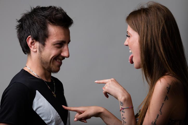 Couple qui joue à action vérité érotique